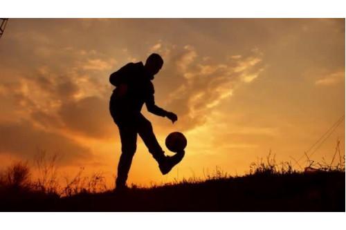 Як швидко навчитися набивати м'яч на нозі?