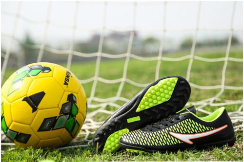 Multi Ground для дітей: традиційні футбольні бутси